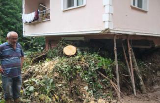 Heyelan nedeniyle evinin salonu toprakla doldu