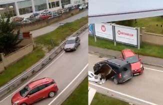Yağ dökülen yolda otomobiller birbirine girdi